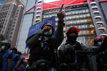La policía exhibe las banderas como advertencia de una concentración prohibida (Reuters)