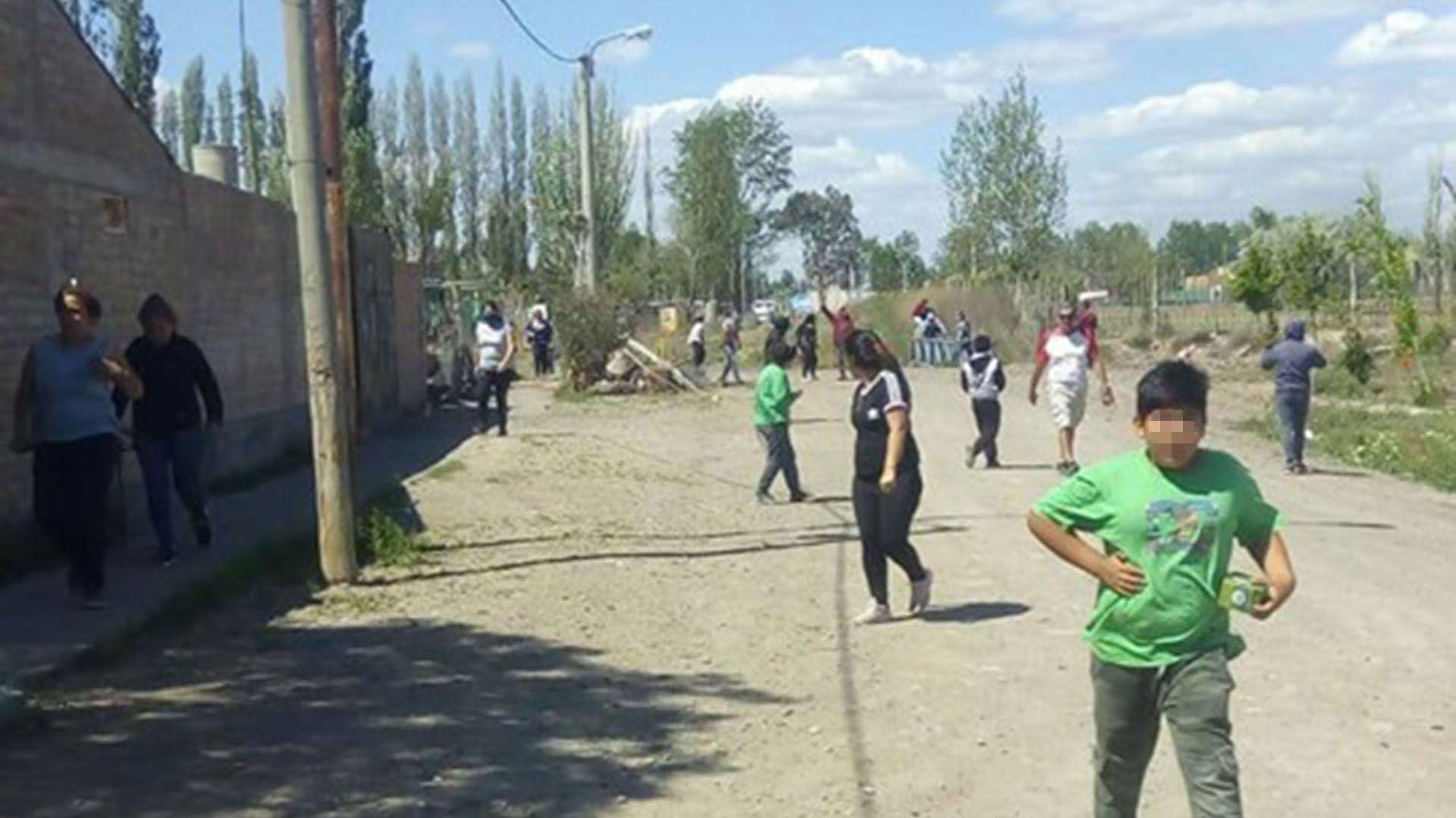 Durante el desalojo hubo lanzamiento de gases lacrimógenos y disparos de balas de goma por parte de la Policía. En la Escuela, ubicada a unos metros, se encontraban estudiando 190 alumnos