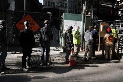 Foto ilustrativa de trabajadores de la construcción esperando a que les tomen la temperatura en una obra en Manhattan.  Nov 10, 2020. REUTERS/Carlo Allegri