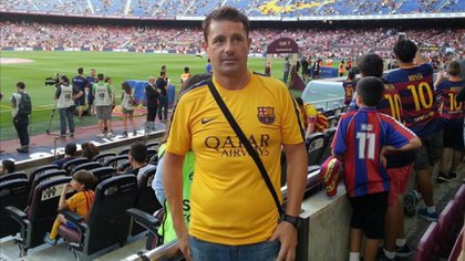 Decía llamarse David y que su padre era directivo del Barça, que no se llevaban muy bien porque cuando iba a debutar con el primer equipo su progenitor lo obligó a dejar todo para estudiar en los Estados Unidos. Otras veces, en cambio, decía que él mismo era miembro del equipo técnico del Barça, un hombre de confianza de los padres de Messi y Neymar
