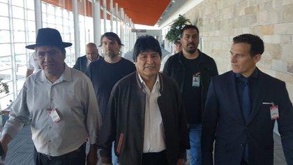 Evo Morales llega al aeropuerto de Ezeca el 12 de diciembre de 2019. Lo dirigen el excanciller Daniel Catalono - sindicalista de ATE y Guillermo Justo Chevs, jefe de gabinete de la Cancillería.