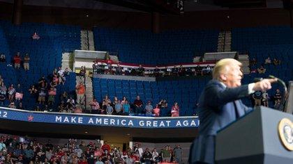 El presidente Donald Trump dirigiéndose al público durante un mitin de campaña en Tulsa, con solo un tercio de la capacidad ocupada del recinto (New York Times)