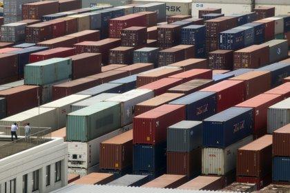 Estudios privados prevén menor superávit comercial en 2021 (EFE)