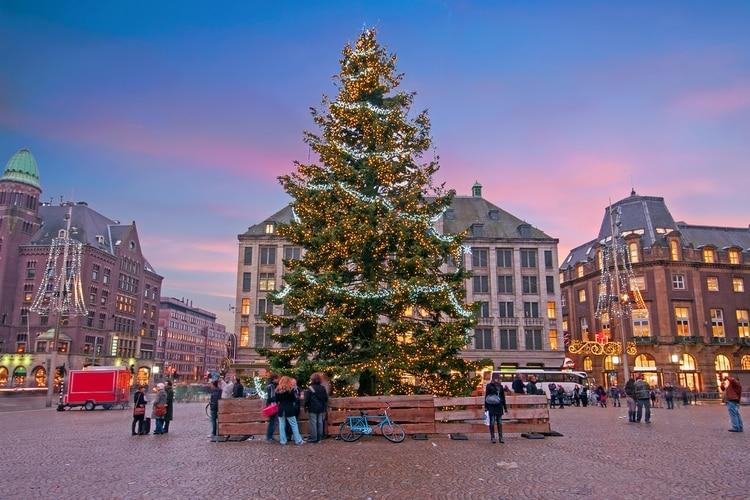 Los adornos del árbol de Navidad tienen sus simbolismos (Shutterstock)