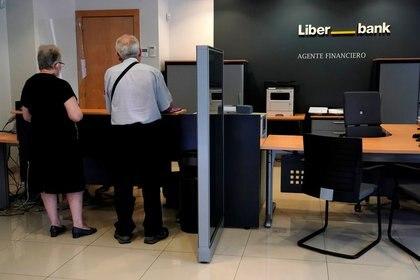 FOTO DE ARCHIVO: Unos clientes en una sucursal de Liberbank en Madrid, España, el 2 de julio de 2020. REUTERS/Juan Medina