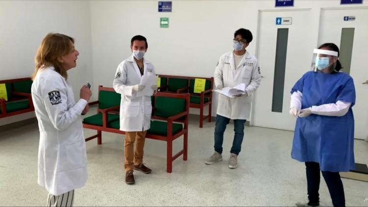 Un grupo de expertos, entre ellos el doctor Samuel Ponce de León Rosales, médicos generales, estudiantes de servicio social, enfermeras, químicos, biólogos y personal administrativo, determinará la presencia del coronavirus en pacientes recuperados FOTO: UNAM/CUARTOSCURO