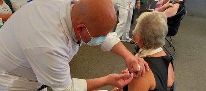 Olga Sánchez Cordero recibió la segunda dosis de la vacuna Pfizer-BioNTech (Foto: tomada de Twitter @M_OlgaSCordero)