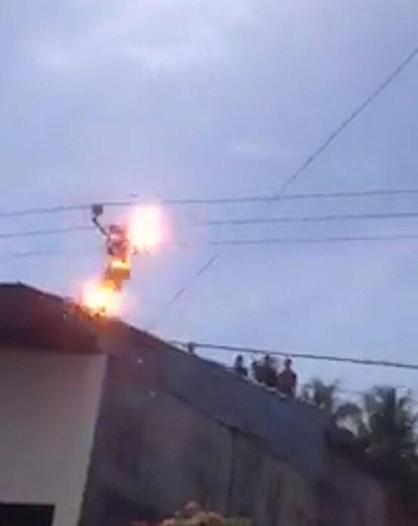 Tras aferrarse a los cables de alta tensión, sufrió una descarga eléctrica que lo mató