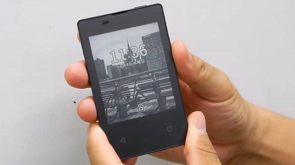 Tiene una pantalla de 2,8″que se ve en blanco y negro.