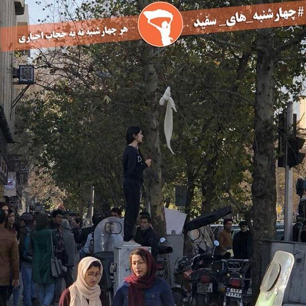 La joven iraní protesta en el cruce de Enghelab y Abureihan, en Teherán, el 27 de diciembre de 2017
