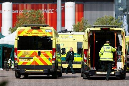 Ambulancias en el hospital Nightingale en Londres (Reuters)