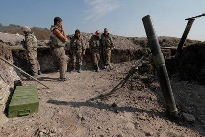 Soldados de etnia armenia en el frente de batalla en Nagorno Karabaj. Foto: REUTERS/Stringer