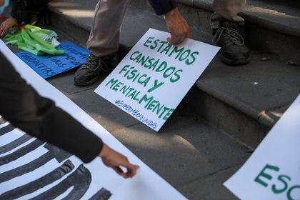 Protesta de personal médico, extenuado por las largas jornadas de trabajo en la pandemia (Reuters)