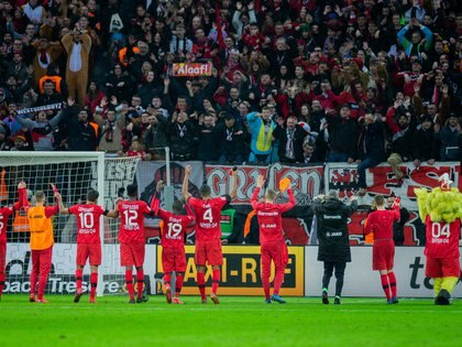 23/02/2020 23 February 2020, North Rhine-Westphalia, Leverkusen: Leverkusen players applaud the fans after the final whistle of the German Bundesliga soccer match between Bayer 04 Leverkusen and FC Augsburg at BayArena. Photo: Rolf Vennenbernd/dpa - IMPORTANT NOTE: In accordance with the regulations of the DFL Deutsche Fußball Liga and the DFB Deutscher Fußball-Bund, it is prohibited to exploit or have exploited in the stadium and/or from the game taken photographs in the form of sequence images and/or video-like photo series.