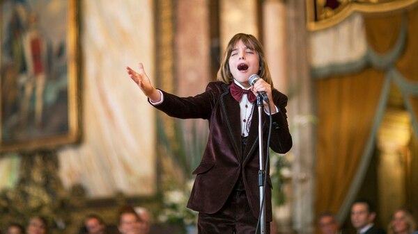 El actor que interpreta a Luis Miguel de niño toma el micrófono con la mano izquierda pese a que el artista es diestro
