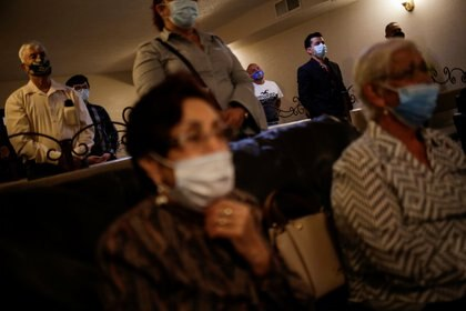 """""""La gente vacunada seguirá teniendo que usar máscaras"""", admitió uno de los expertos del comité asesor de la FDA. """"Ese va a ser un mensaje difícil de transmitir"""". (REUTERS/Jose Luis Gonzalez)"""