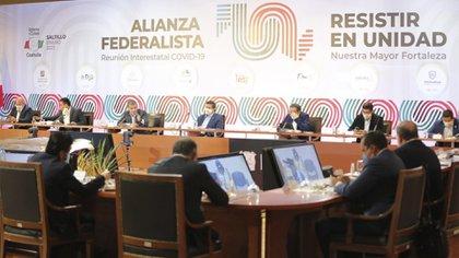 Los mandatarios se reunieron en Saltillo para expresar su posicionamiento ante la venia del presidente (Foto: Twitter@fgcabezadevaca)