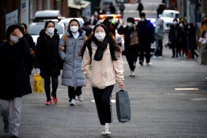 Estudiantes y familiares frente a una escuela antes del examen. (REUTERS/Kim Hong-Ji)