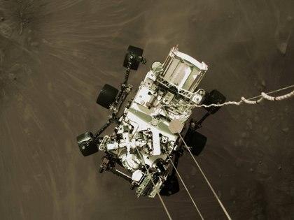 Imagen del descenso por medio de un sistema de grúa del rover  NASA/JPL-Caltech/Handout via REUTERS