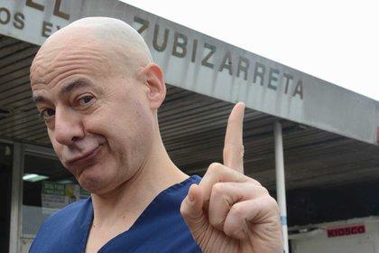 El fundador de Payamédicosposa frente al Hospital Zubizarreta. Foto: Fernando Calzada.