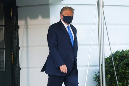 U.S. President Trump walks to the Marine One helicopter wearing a protective face mask as he departs the White House to fly to Walter Reed National Military Medical Center, where it was announced he will work for at least several days after testing positive for the coronavirus disease (COVID-19), on the South Lawn of the White House in Washington, U.S., October 2, 2020. REUTERS/Leah Millis