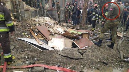 En esta foto de la ciudad destruida de Ganja aparecen soldados turcos