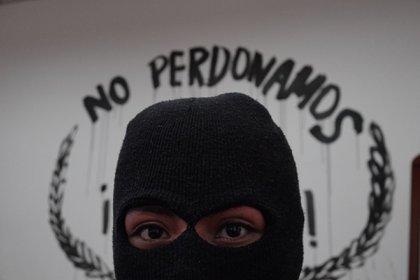 Feminista posa en la oficina de la presidenta de la CNDH intervenida por colectivas durante la toma para exigir justicia por los feminicidios y Desapariciones Forzadas de sus familiares.