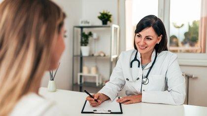 Durante la primera ola de la pandemia se registró cierta demora en concurrir a la consulta tras haber desarrollado síntomas y remarcaron la conveniencia de no esperar y acudir cuanto antes a la consulta (Shutterstock)