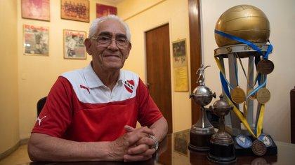 Francisco Pancho Sa con los premios que logró en su carrera