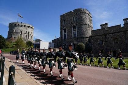 La guardia de honor llega al Castillo de Windsor para el funeral del Duque de Edimburgo, quien acompañó con lealtad 73 años a la Reina Isabel II