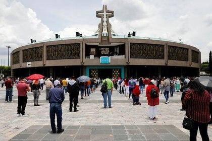 Personas que usan mascarillas protectoras mantienen distancia social mientras asisten a misa el primer día de la reapertura de la Basílica de Guadalupe, en medio del brote de la enfermedad por coronavirus (COVID-19) en la Ciudad de México, México, 26 de julio de 2020 REUTERS/Carlos Jasso