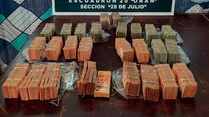 En diciembre del año pasado, un hombre y su hijo fueron detenidos en Aguas Blancas con $9 millones en una mochila