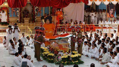 El primer ministrio indio Manmohan Singh, con un turbante azul, rinde honores de Estado al Sai Baba en el Ashram Prasanthi Nilayam de  Puttaparti, India, en el funeral de Sai Baba celebrado el 26 de abril de 2011. (AP Photo/Aijaz Rahi)