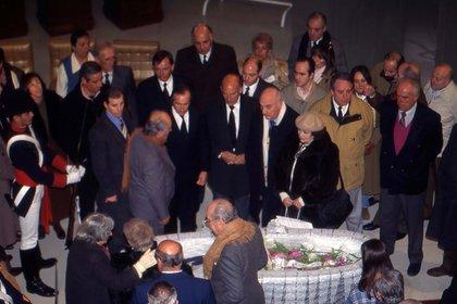 En la despedida de Fangio en 1995. En el medio aparecen (de izquierda a derecha), Jackie Stewart, Stirling Moss y José Froilán González (Museo Fangio).