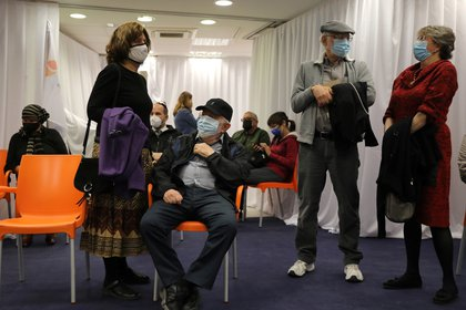 People in Jerusalem are waiting to be vaccinated against the coronavirus.  REUTERS / Ammar Awad