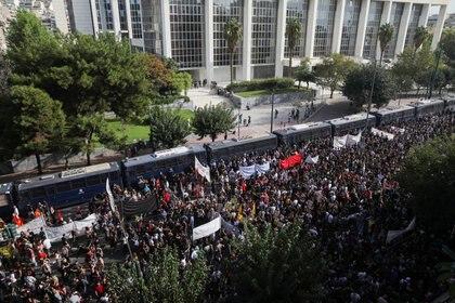 Unas 15 mil personas se reunieron frente al tribunal (REUTERS/Costas Baltas)