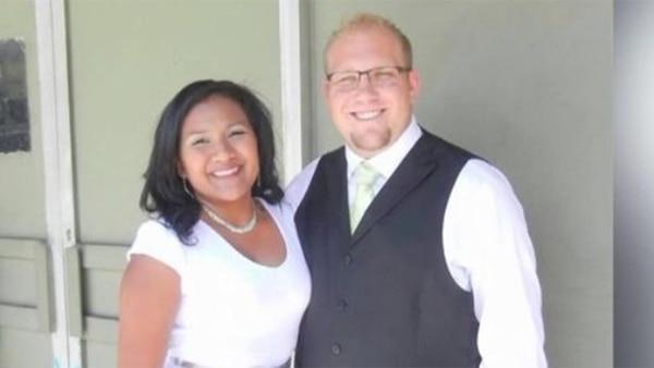Josh Holt con su esposa