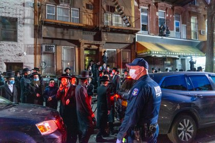 Detienen boda masiva en NY por covid