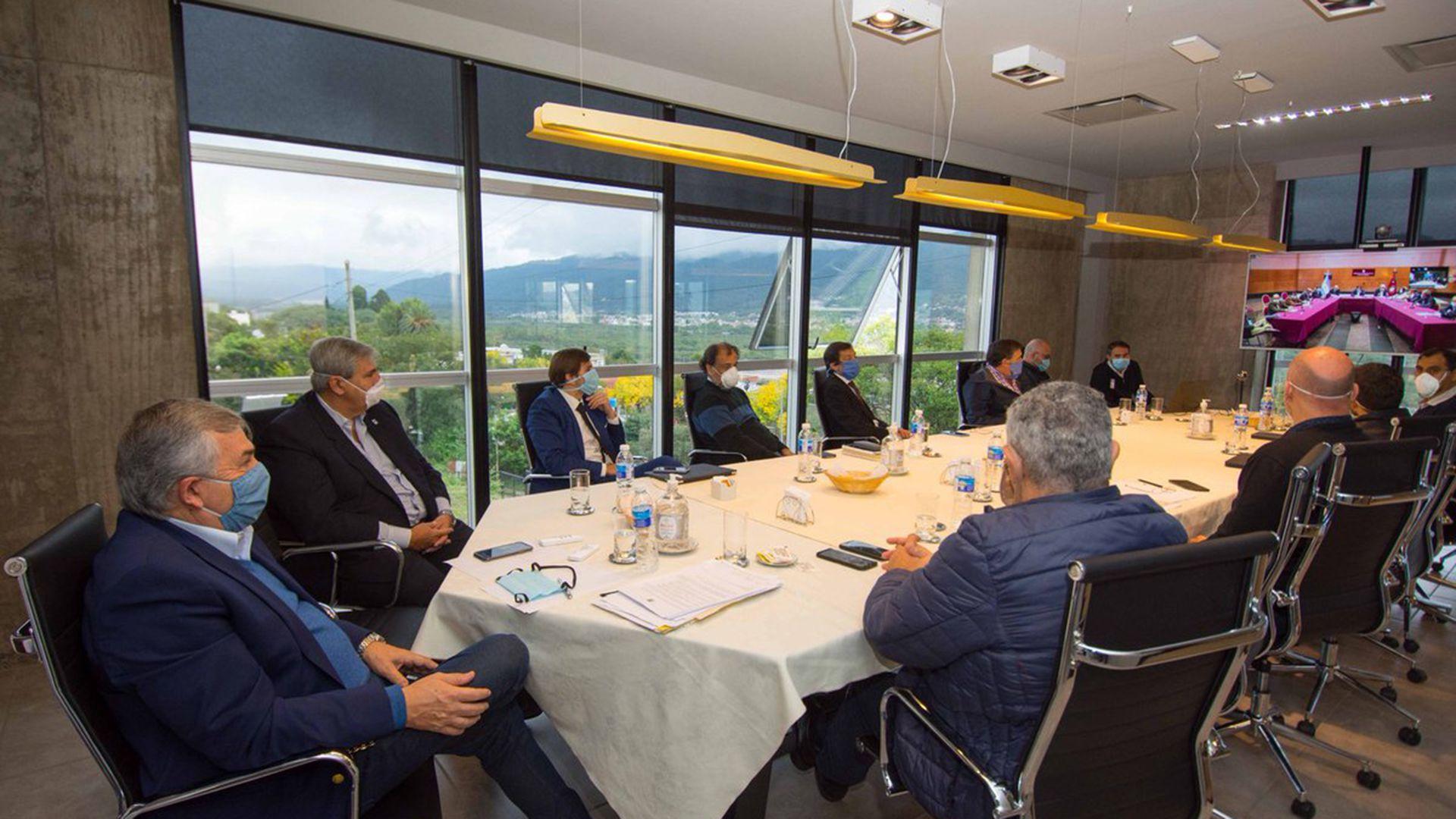 Gerardo Morales durante una reunión con sus funcionarios y en una teleconferencia con el gobierno de Salta (@GerardoMorales)