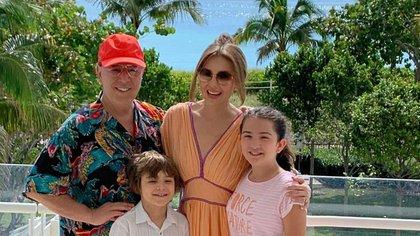 Thalía y Tommy Mottola forman una familia con Sabrina y Matthew;  los niños no están involucrados con el mundo del espectáculo (Instagram: thalia)