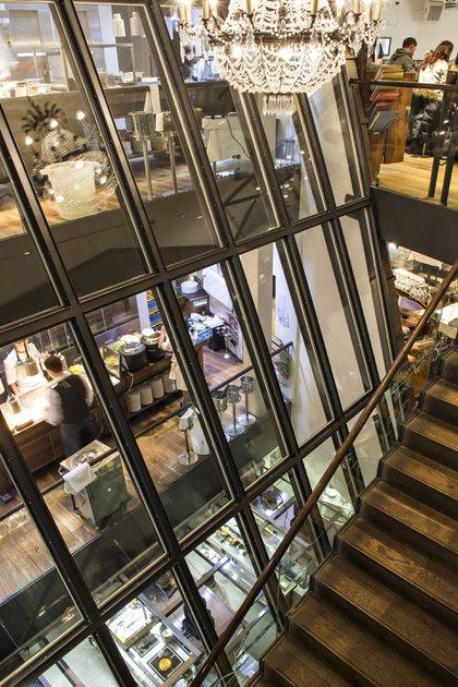 Vistas desde las escaleras del restaurante. Tiene cinco pisos y en el quinto se encuentra la academia de cocina. Un verdadero imperio vegetariano que está vigente desde 1898