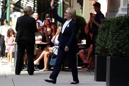 Hillary Clinton sale del departamento de su hija, donde se recuperó tras sufrir un malestar y desvanecerse (AFP)
