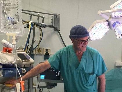 El profesor Alberto Zangrillo, jefe de UCI en el Hospital San Raffaele, es visto en una sala de cirugía en Milán, en esta imagen sin fecha proporcionada a Reuters. (REUTERS)