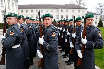 Tras la caída del muro, el Bundeswehr absorbió al NVA y se convirtió en la fuerza armada de la Alemania Unificada. En esta foto de marzo de 2019, la guardia de honor presenta armas en el palacio Bellevue de Berlín (REUTERS/Fabrizio Bensch)