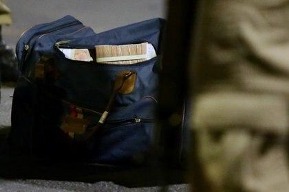 Un bolso con dinero recuperado luego del robo en Criciuma (REUTERS / Guilherme Ferreira)