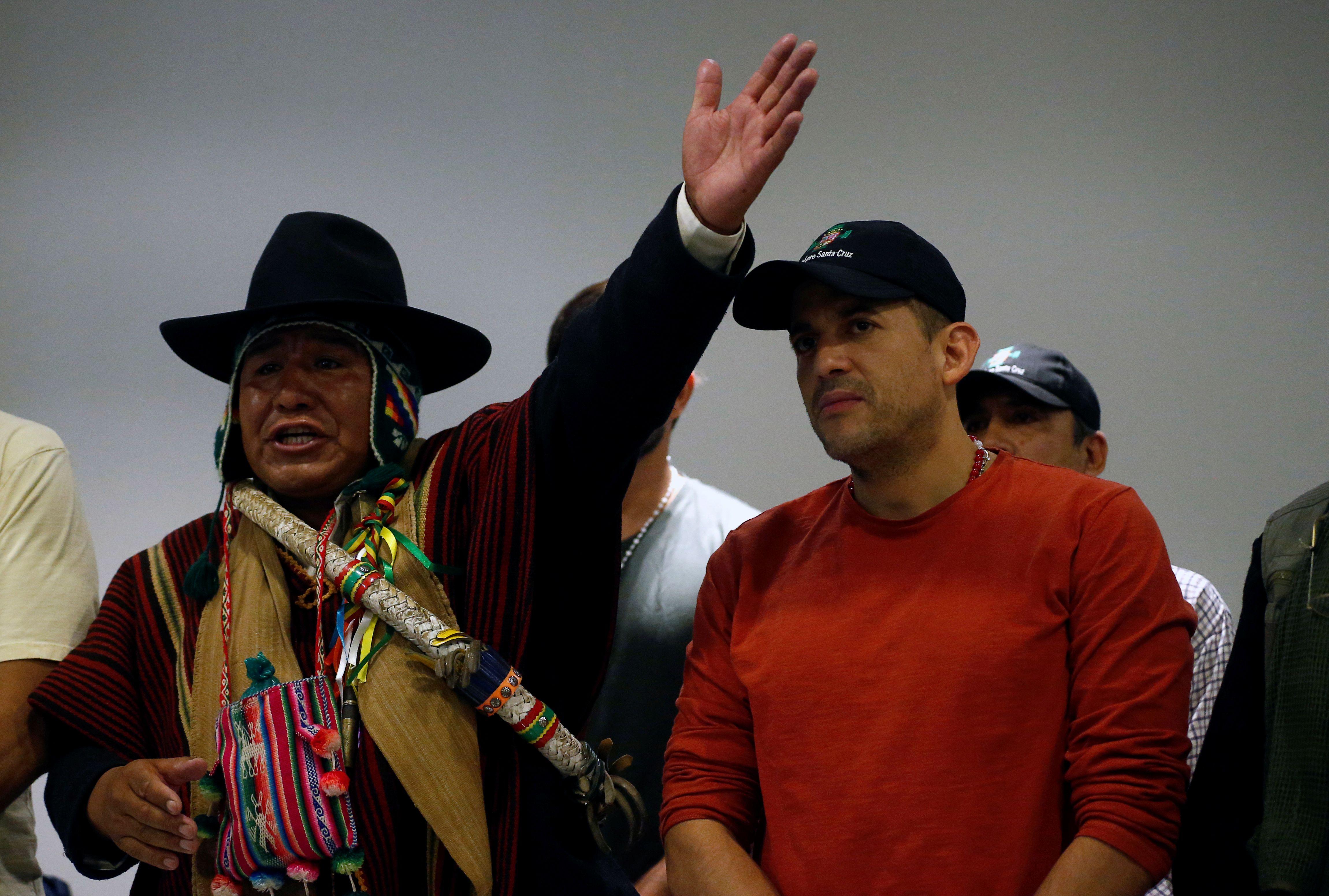 Luis Fernando Camacho junto al líder indígena Nelson Condori (REUTERS/David Mercado)