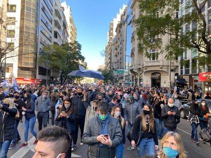 Los manifestantes eligieron usar ropas oscuras y banderas argentinas