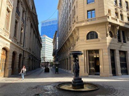 Imagen de archivo del área financiera del centro de Santiago en medio del brote de coronavirus, el 25 de marzo de 2020. REUTERS/Fabian Cambero