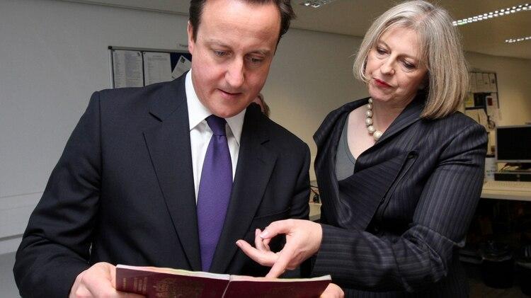 Theresa May, cuando era secretaria de Interior de David Cameron (AP)