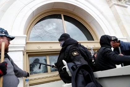 Destrozos, invasión, robos y sedición en el Capitolio (Reuters)